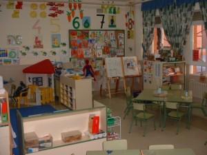 Ejemplo de aula sobrecargada de estimulos e inadecuada por tanto para los alumnos con TEA