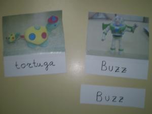 Ejemplo de tarjetas de lectura con la ayuda visual de la palabra